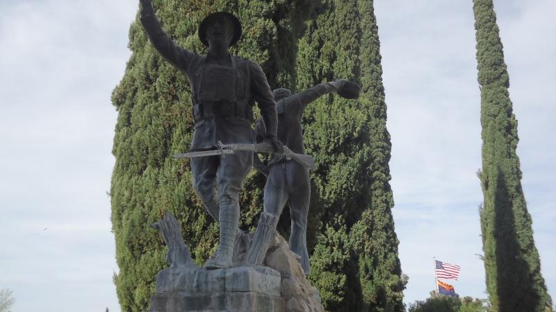 Monument aux morts sur une route mytique. Dsc09214