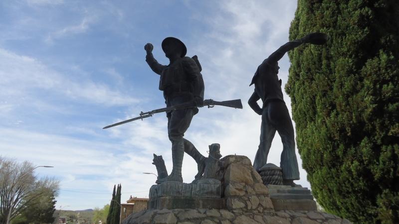 Monument aux morts sur une route mytique. Dsc09216