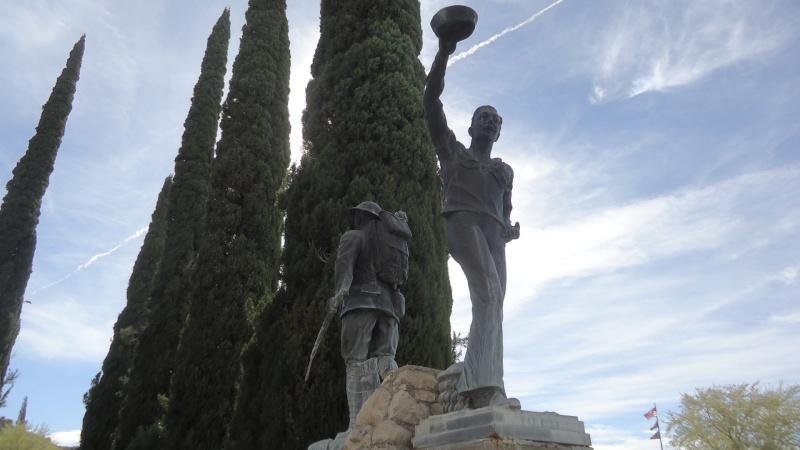 Monument aux morts sur une route mytique. Dsc09218