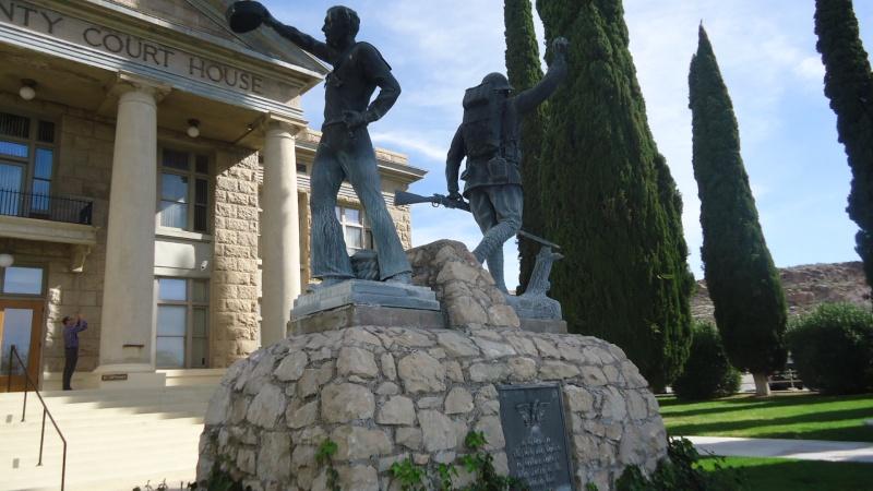 Monument aux morts sur une route mytique. Dsc09219