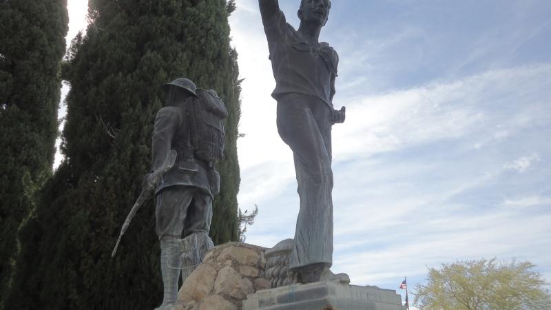 Monument aux morts sur une route mytique. Dsc09220