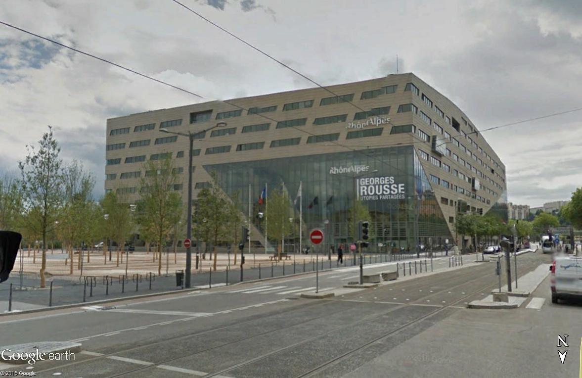 Un cube orange dans le quartier Confluence de Lyon, France. Rra_sv10