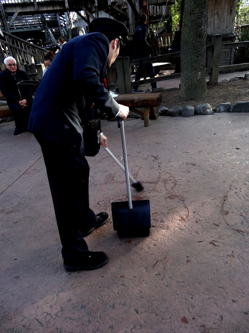 Dessinateur sur le sol à Disneyland Paris Dsc07912
