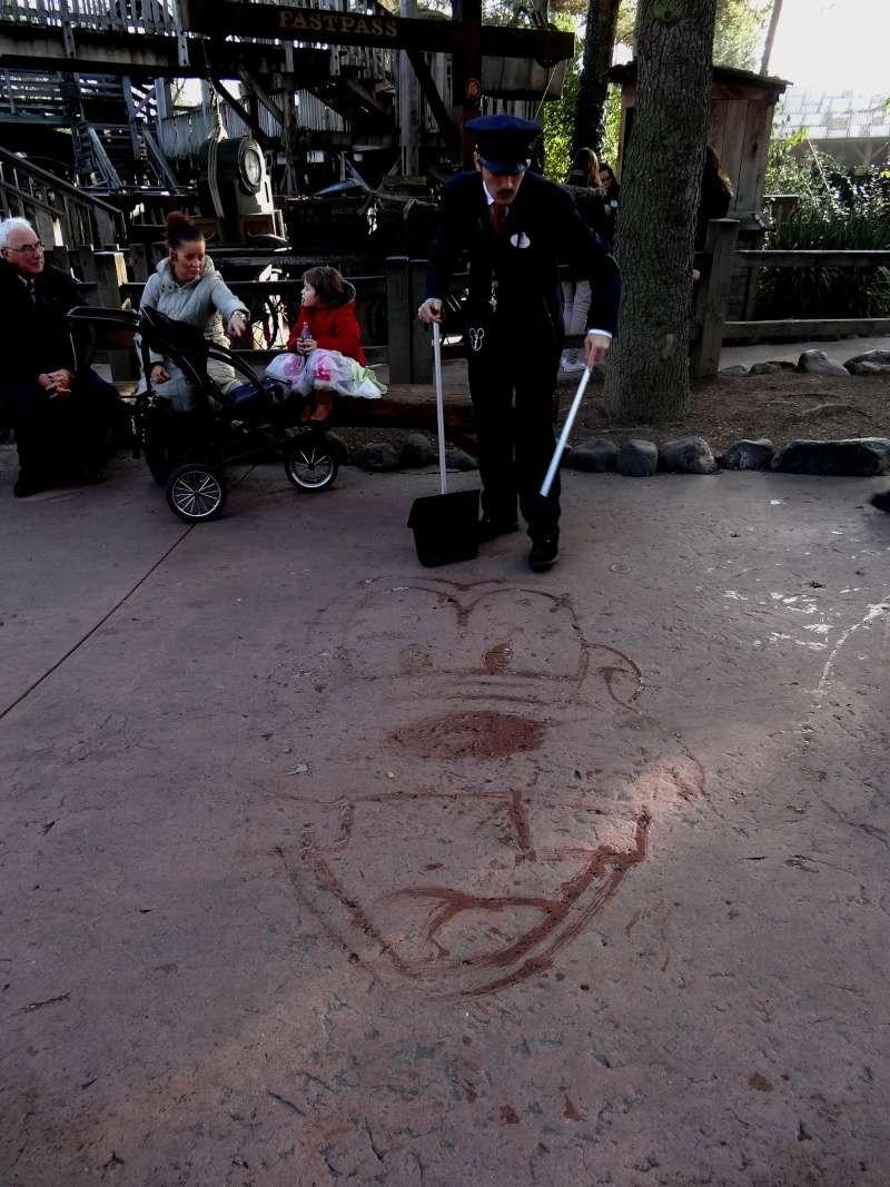 Dessinateur sur le sol à Disneyland Paris Dsc07914