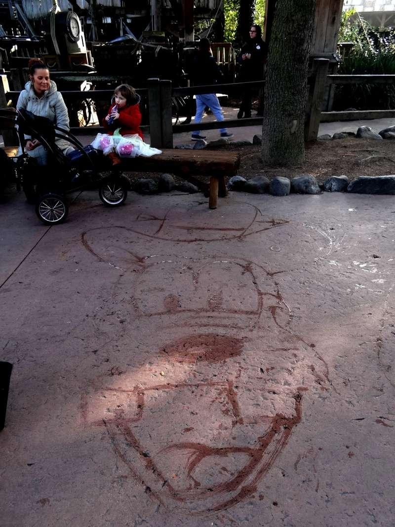 Dessinateur sur le sol à Disneyland Paris Dsc07915