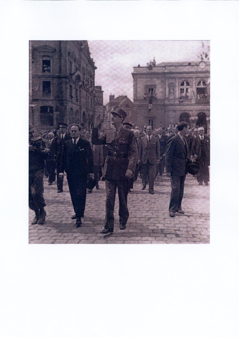 Le Général de Gaulle à Laval le 22 Août 1944 De_gau10
