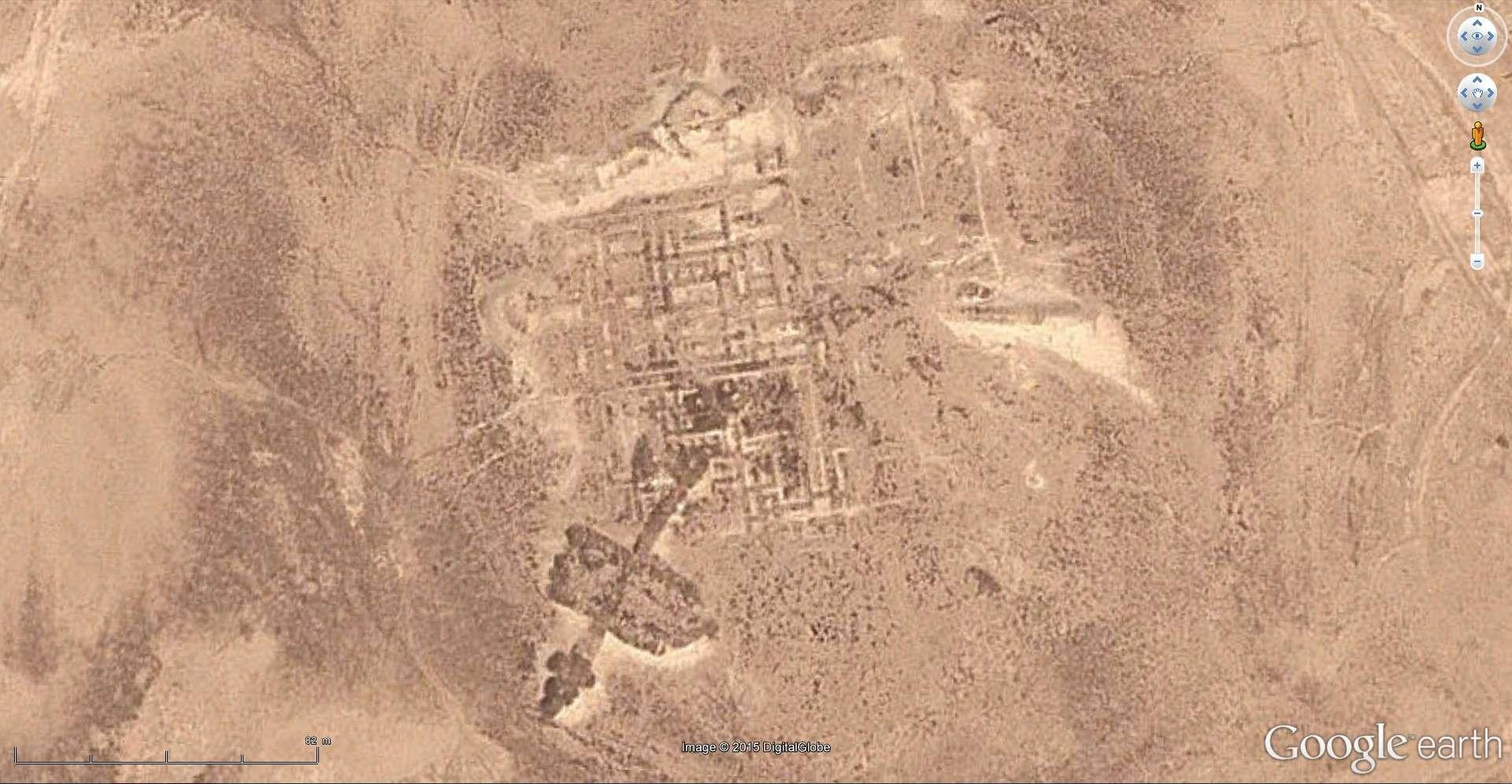 Etranges pyramides [C'est quoi ?] 2015-091