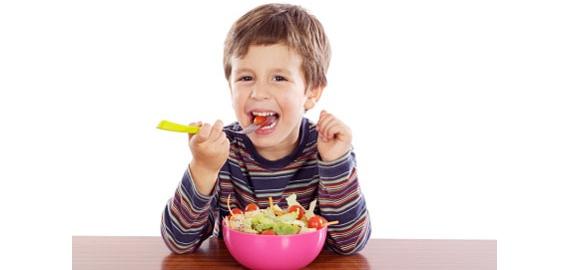 هل تناول الطعام أثناء الوقوف أو المشي سيء؟  (الرشاقة و الجمال ) Kid_ve11