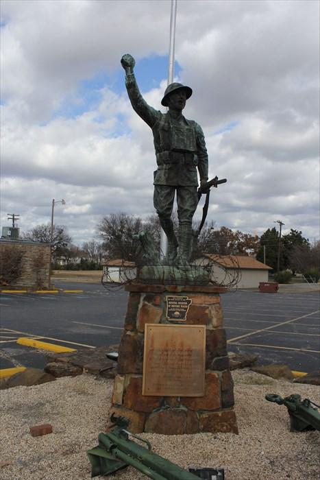 Monument aux morts sur une route mytique. 248da710
