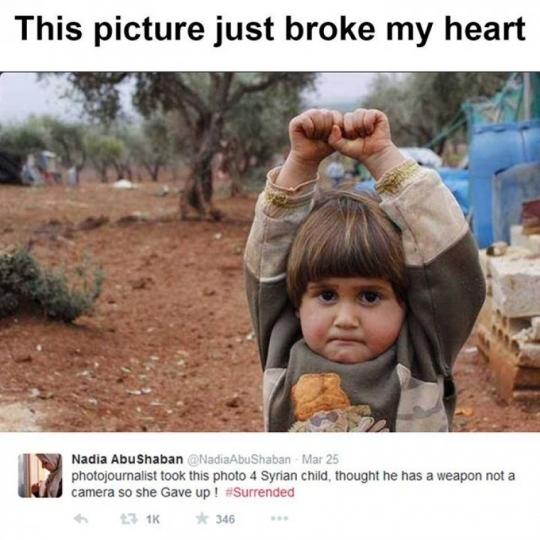 VOGËLUSHJA SIRIANE QË MENDOI SE FOTOAPARATI ËSHTË ARMË 20150310