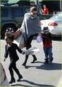 """Angelina leva Shiloh e Zahara ao mercado """"Whole foods"""" na california 16.01.10 Angeli63"""