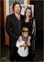 "Familia Jolie-Pitt em Premiere de ""Invictus"" 03.12.09 Brad-p17"