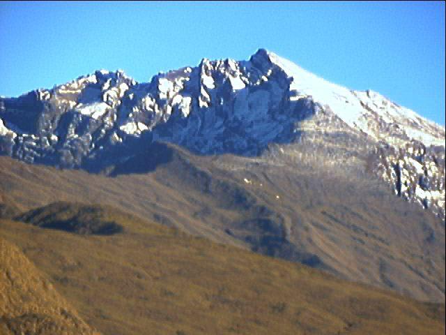 Le massif du Piton des Neiges, au début du mois d'août en 2003...  Piton_11