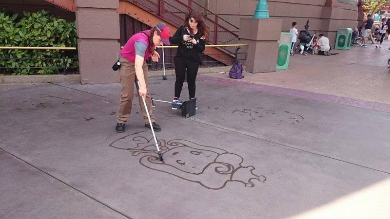 Dessinateur sur le sol à Disneyland Paris 10428610
