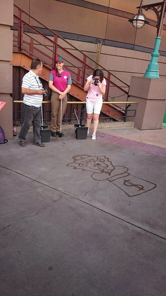 Dessinateur sur le sol à Disneyland Paris 10985610