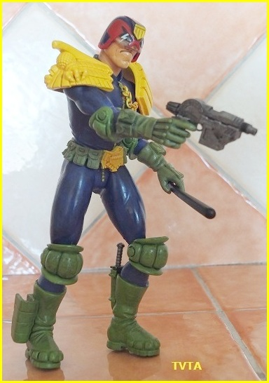 Does anyone else collect judge dredd comic or figures? 05_tvt10