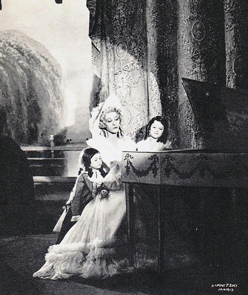Madame Capet ou Cécile Sorel dans le métro en 1944 Madame10