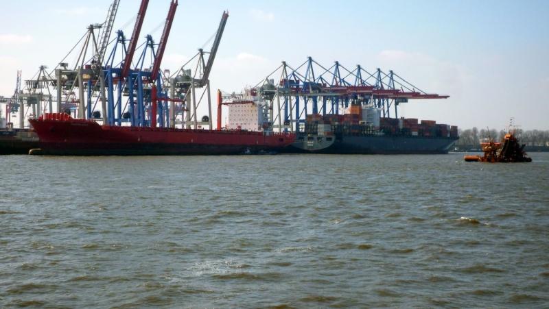 Einsatzfahrt mit einem Schlepper im Hamburger Hafen 02810