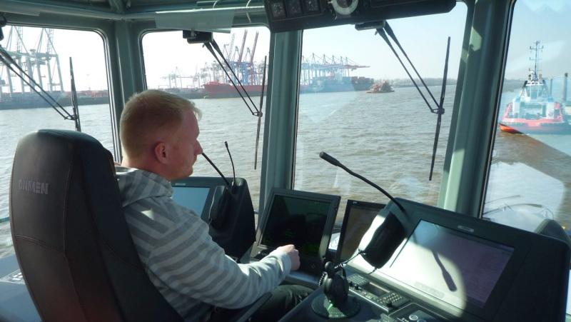 Einsatzfahrt mit einem Schlepper im Hamburger Hafen 02910