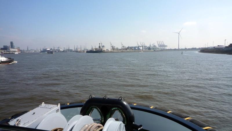 Einsatzfahrt mit einem Schlepper im Hamburger Hafen 03010