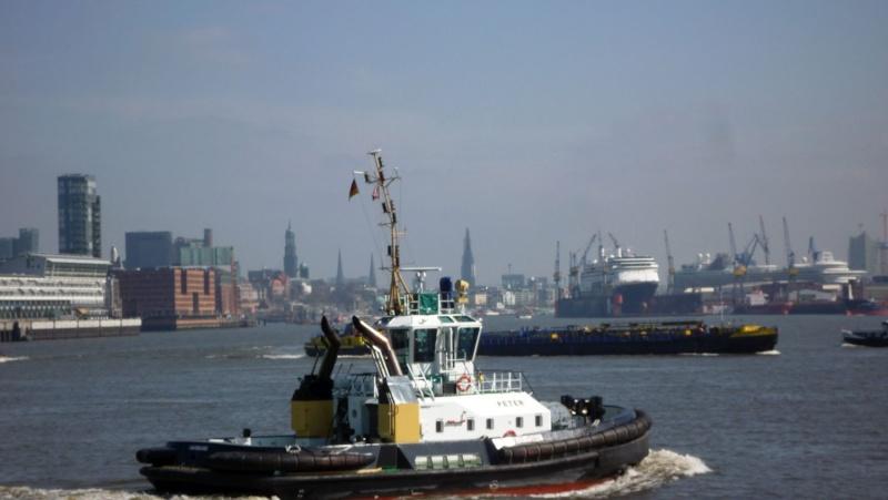 Einsatzfahrt mit einem Schlepper im Hamburger Hafen 03210