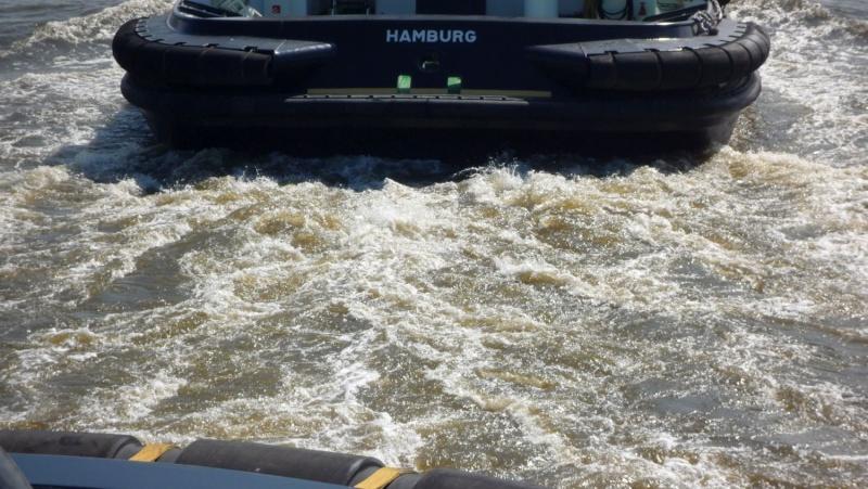 Einsatzfahrt mit einem Schlepper im Hamburger Hafen 03410