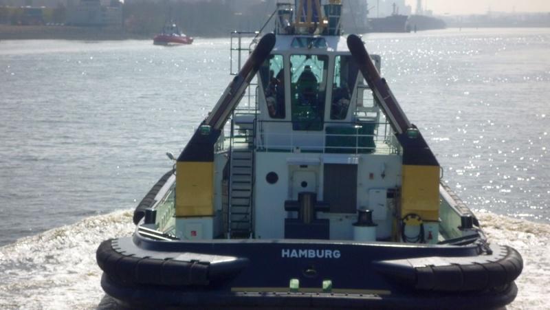 Einsatzfahrt mit einem Schlepper im Hamburger Hafen 03610