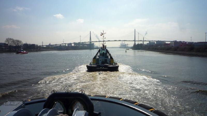 Einsatzfahrt mit einem Schlepper im Hamburger Hafen 03710