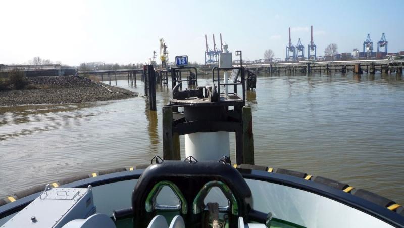 Einsatzfahrt mit einem Schlepper im Hamburger Hafen 04710