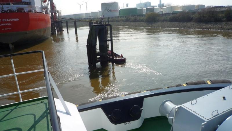 Einsatzfahrt mit einem Schlepper im Hamburger Hafen 04810