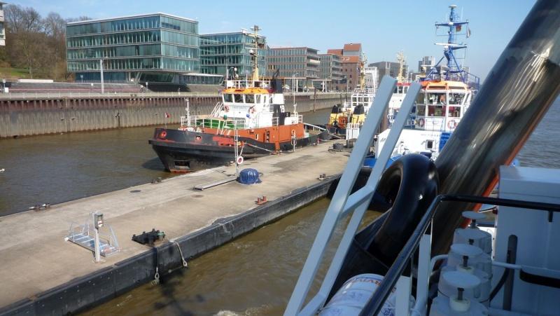 Einsatzfahrt mit einem Schlepper im Hamburger Hafen 07510