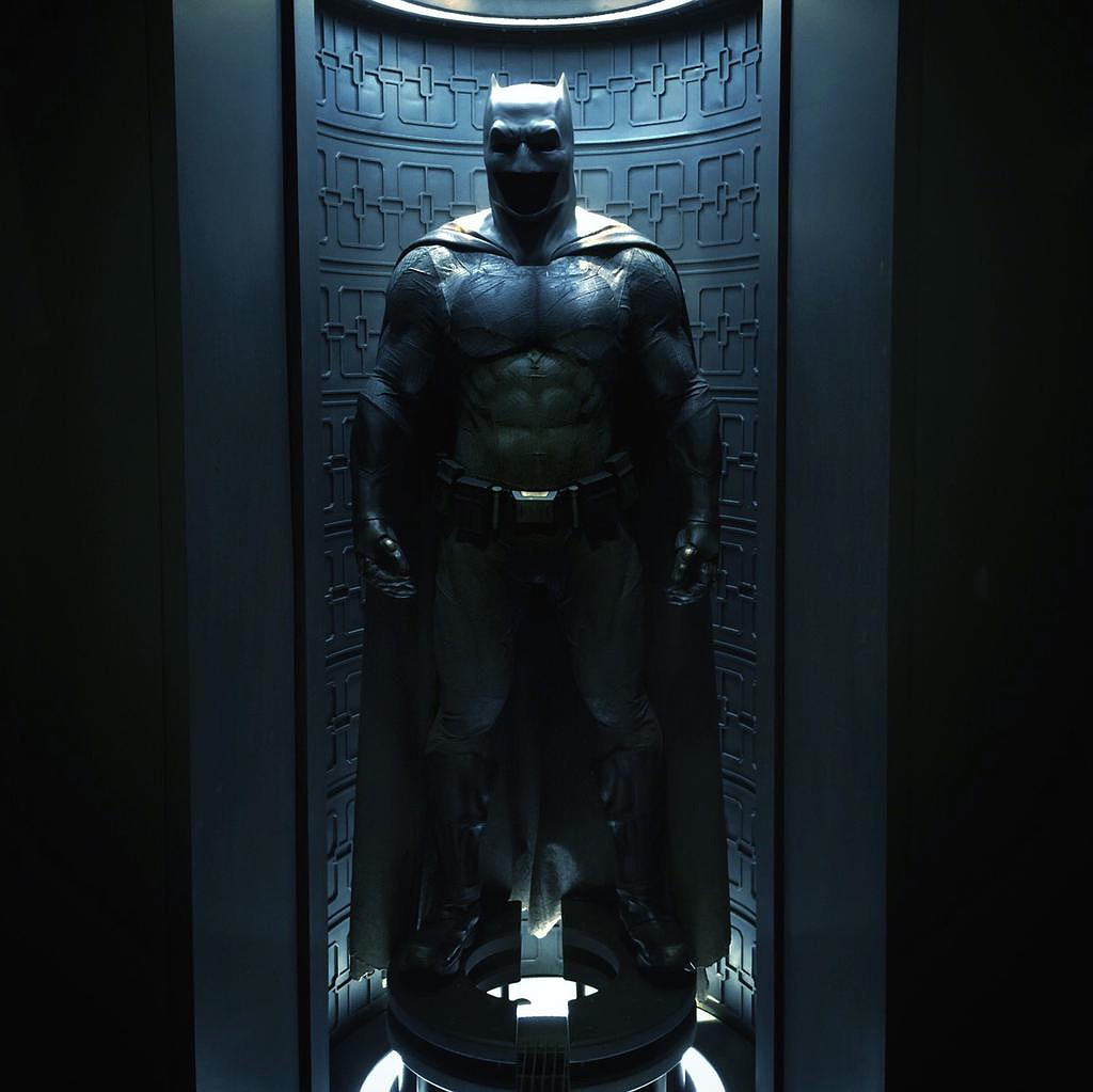 FIRST LOOK AT BEN AFFLECK AS BATMAN - Page 2 L6fhpe10