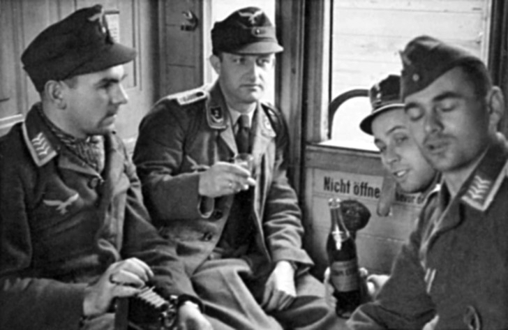 Les soldats de la Luftwaffe au repos ! - Page 2 1013