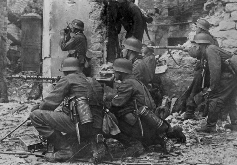1945, la Wehrmacht et l'armée américaine attaquent l'Union Soviétique ! - Page 5 81b1010