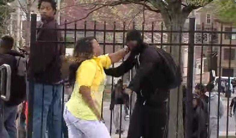 Sulmon policinë me gur, mamaja rreh të birin në rrugë Screen10