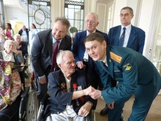 8 mai 2015 remise de la légion d'honneur à M. André Peyronie. 9 mai,  visite de la délégation de l'ambassade de Russie P1040810
