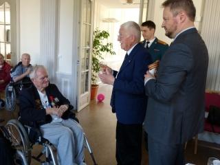 8 mai 2015 remise de la légion d'honneur à M. André Peyronie. 9 mai,  visite de la délégation de l'ambassade de Russie P1040811