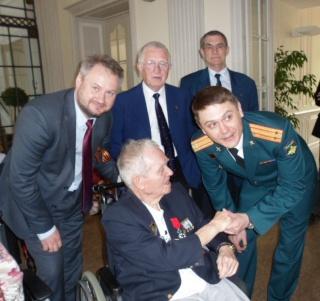 8 mai 2015 remise de la légion d'honneur à M. André Peyronie. 9 mai,  visite de la délégation de l'ambassade de Russie Sam_0512