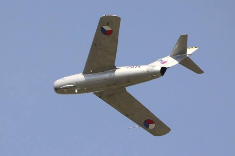 Photos d'avions militaires - Page 27 424