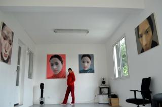 Li Fang, peintre chinoise, dans son atelier de Montreuil, en exclusivité pour le Forum Chine et francophonie Atelie10