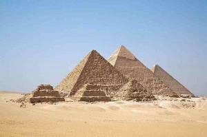 QUIZ SUR DES CELEBRITES - Page 12 Pyrami11