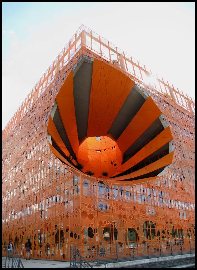 Un cube orange dans le quartier Confluence de Lyon, France. Dsc_0510