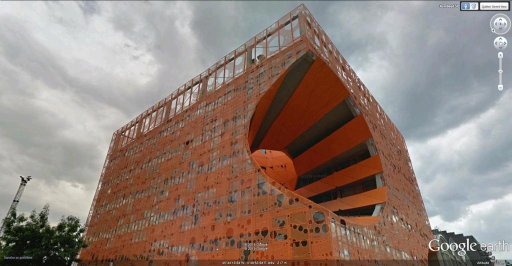 Un cube orange dans le quartier Confluence de Lyon, France. Le_cub11