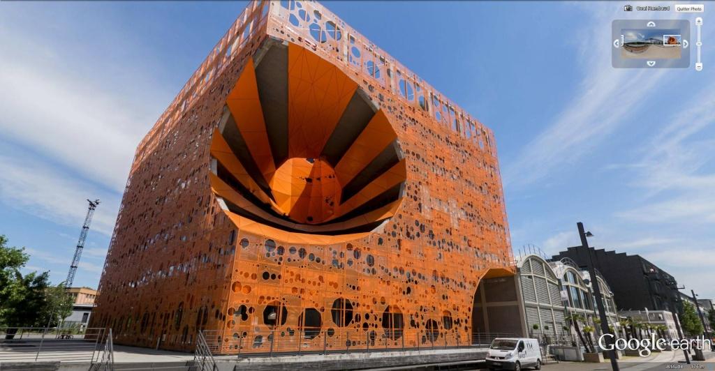 Un cube orange dans le quartier Confluence de Lyon, France. Le_cub12