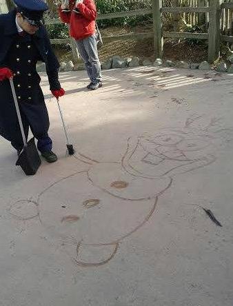 Dessinateur sur le sol à Disneyland Paris Captur10