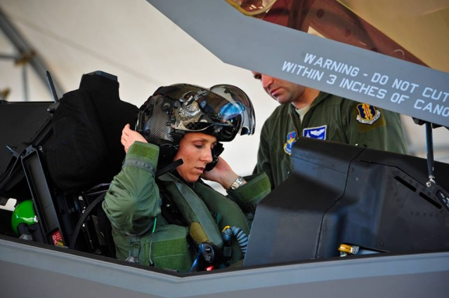 [Aviation] Le Lt-Col Christine Mau, première femme pilote de F-35  Christ10
