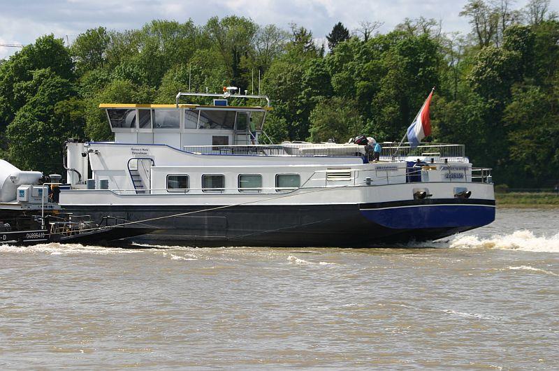 Kranschiff MKS Kraanvogel + Arbeitsschiff Wati18 am 08.05.15 in Königswinter 4f10