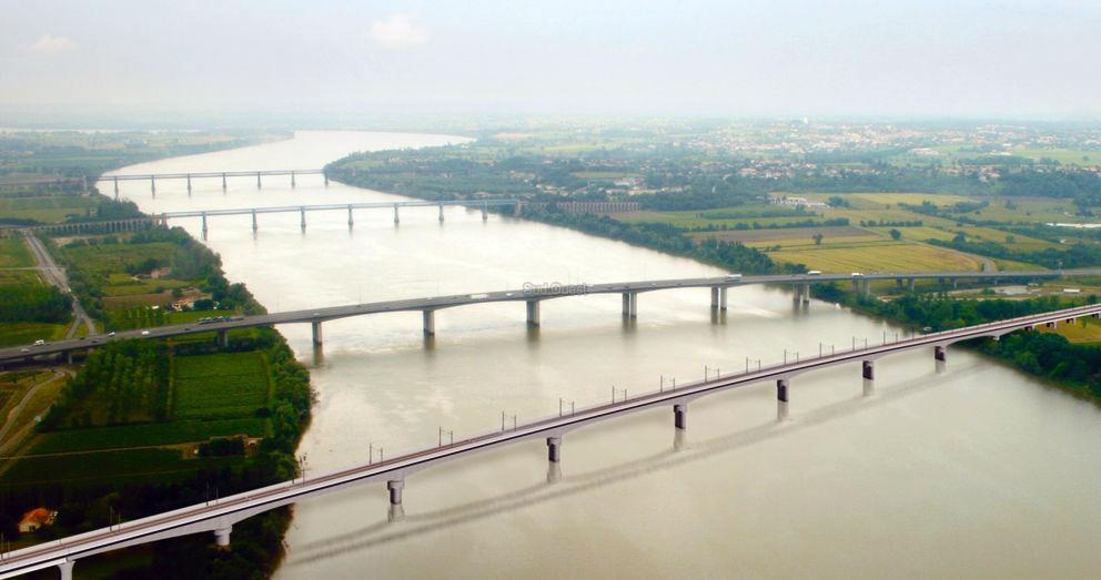 [Désormais visible sur Google-Earth] Pont sur la Dordogne de la LGV Tours-Bordeaux - Gironde - France 46952610