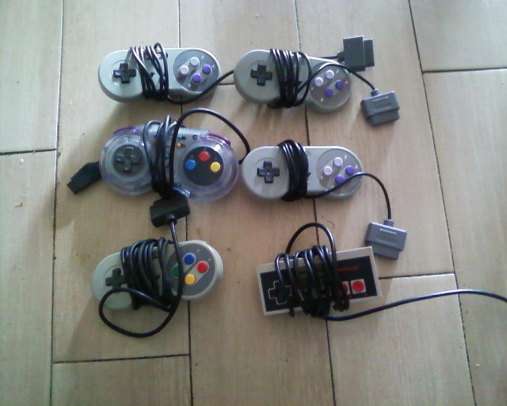 (VDS) un lot boui boui (manettes Nes,Snes,N64,15 boitiers Nes)  Photos33
