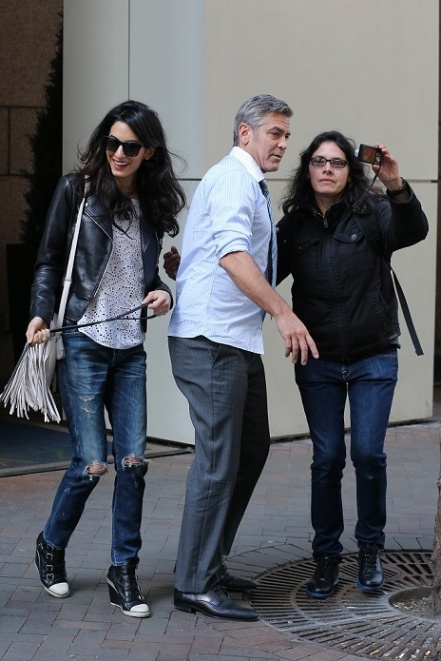Amal and EINSTEIN!!! (and a blonde pooch) visit George on set, 4-12-15 - Page 2 Qq410